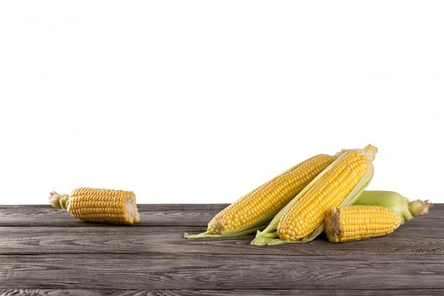 Épis de maïs frais sur table en bois