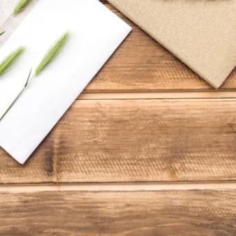 Épis verts de blé sur la carte de voeux sur la table en bois