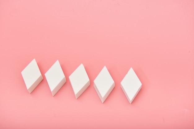 Éponge blanche cosmétique rectangle en mains rose