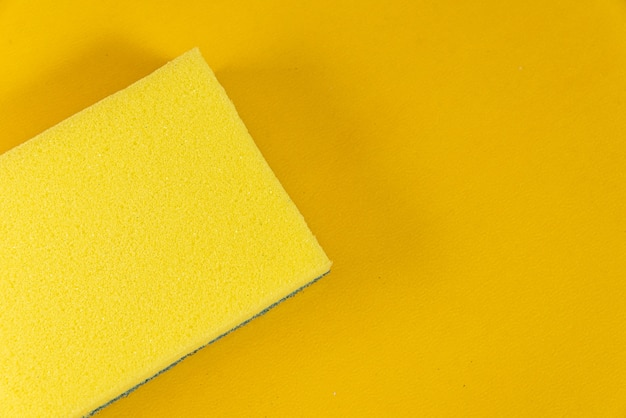 Éponge de cuisine sur fond jaune