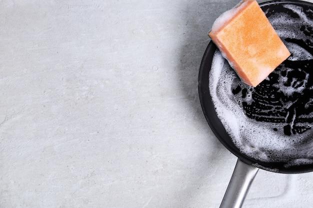 Éponge lavant une casserole