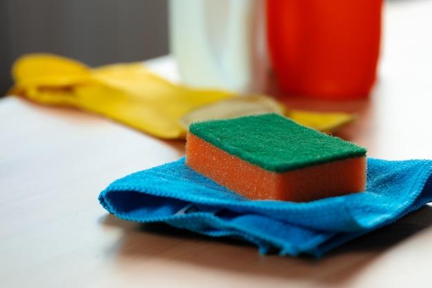 Éponge de nettoyage et chiffon sur le comptoir de la cuisine