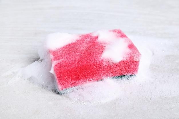Éponge rose avec mousse