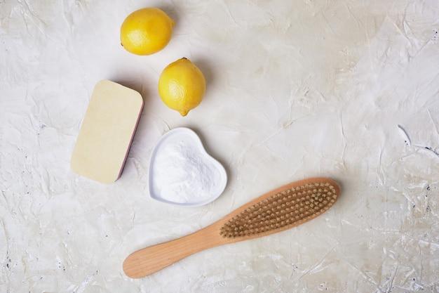 Éponge soda citrons et brosse en bois concept de nettoyage écologique