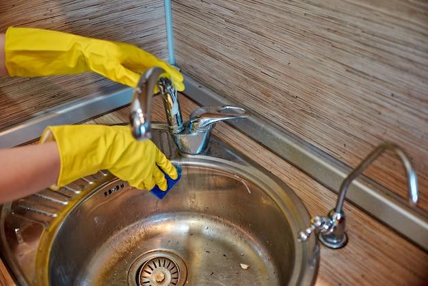 Éponge à vaisselle avec du savon à vaisselle