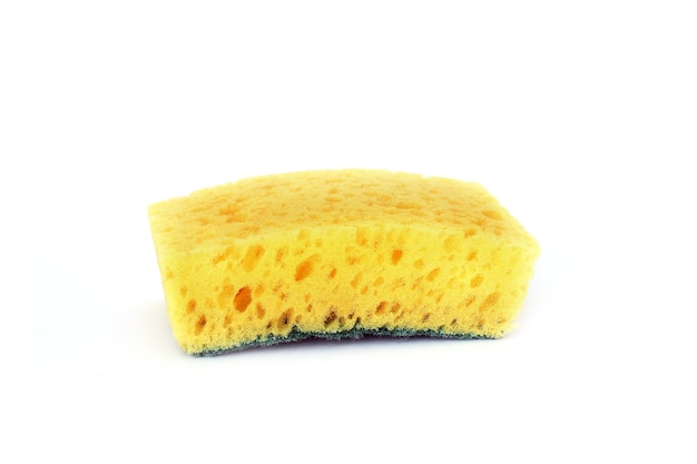 Éponge à vaisselle jaune isolée sur blanc.