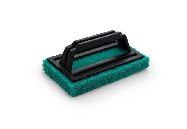 Éponge verte avec poignée en plastique sur fond blanc isolé