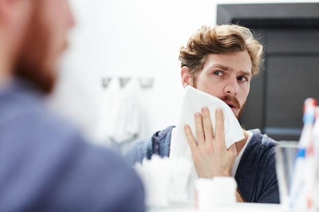 Éponger la peau avec une serviette