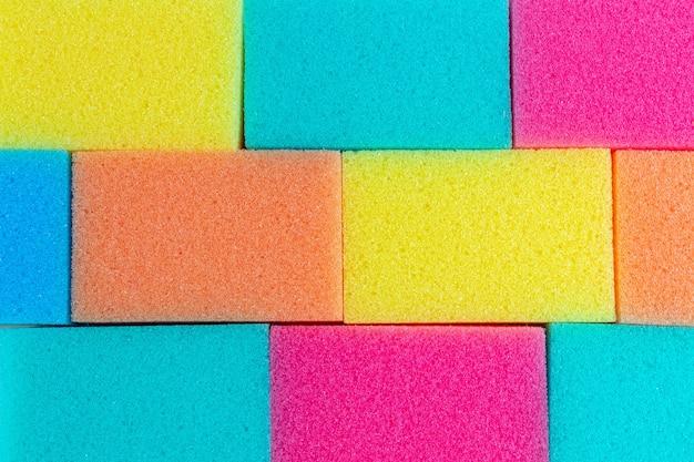 Éponges colorées pour laver la vaisselle. contexte. nettoyage.