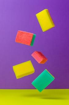 Éponges colorées pour laver la vaisselle. nettoyage.