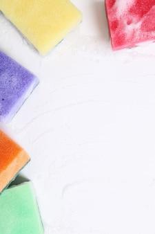 Éponges colorées