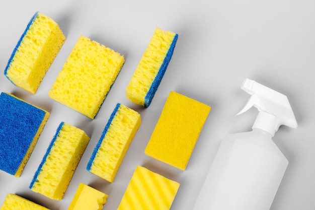 Éponges et détergents et accessoires de nettoyage sur fond gris nettoyage ou entretien ménager