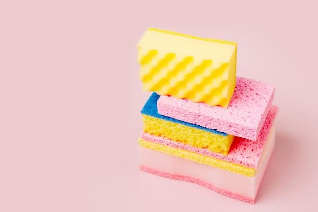 Éponges sur fond rose fond de concept de nettoyage ou d'entretien ménager
