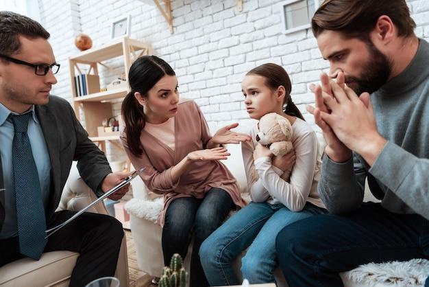 L'épouse se plaint chez son mari au bureau du psychologue