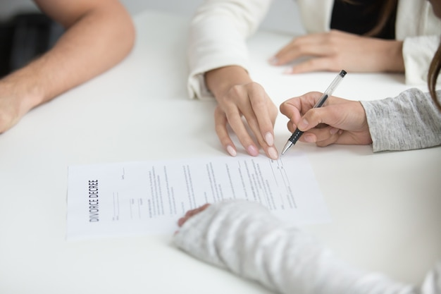 Épouse signant le jugement de divorce après la décision de séparation
