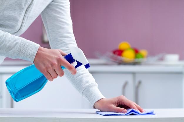 Épousseter et polir les meubles à l'aide de produits de nettoyage et de produits de nettoyage à la maison