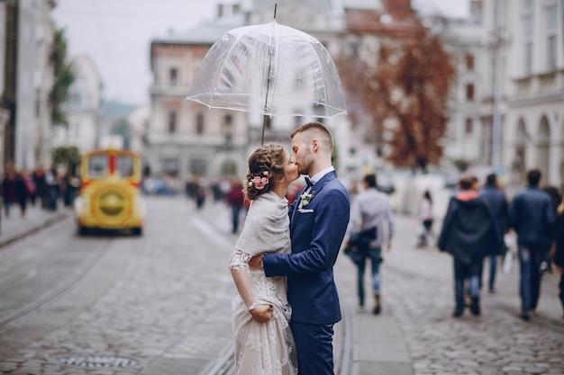 Époux et épouse dans un hôtel