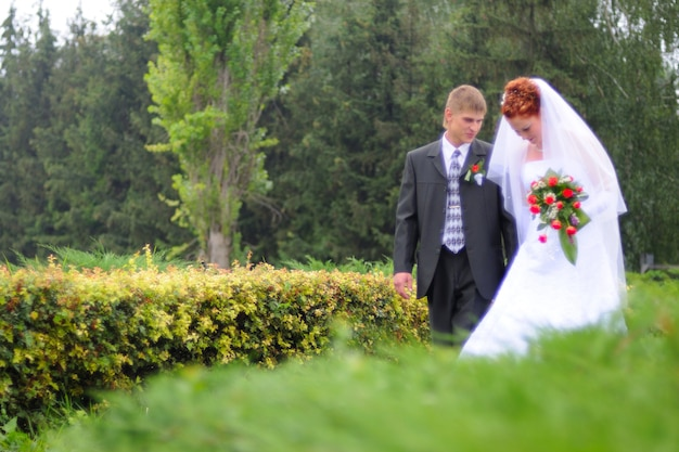 Époux et épouse, marchant vers une nouvelle vie