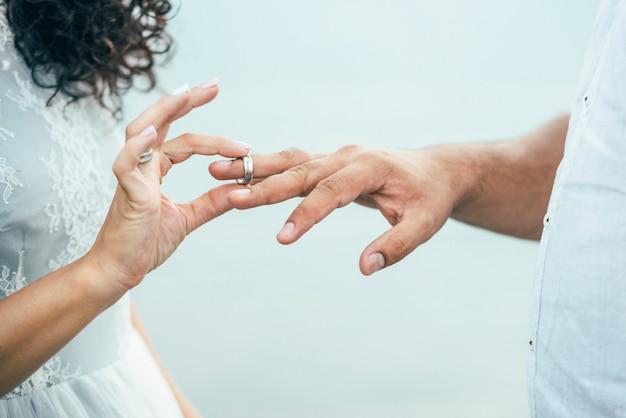 Époux portant des anneaux sur les mains
