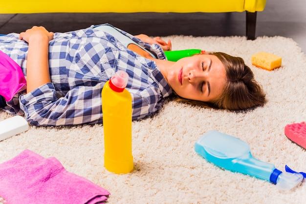 Épuisé jeune femme après le nettoyage de la maison