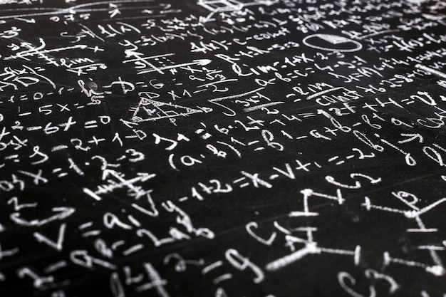 Equations mathématiques et physiques sur un tableau noir