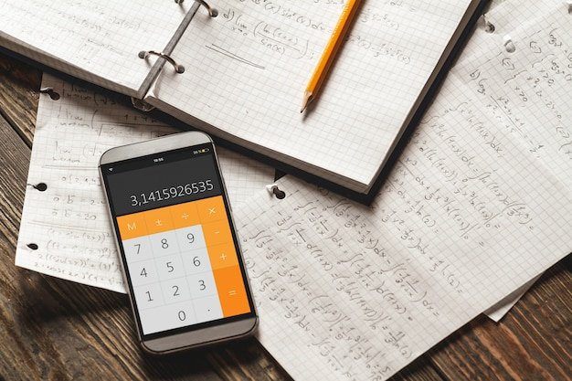 Les équations mathématiques sont écrites dans un cahier