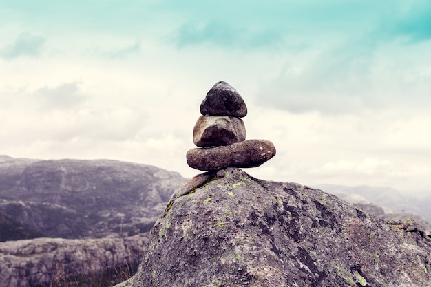 Équilibre des pierres dans les montagnes avec un ciel bleu