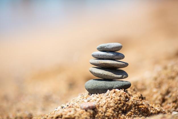 Équilibre des pierres sur la plage, journée ensoleillée