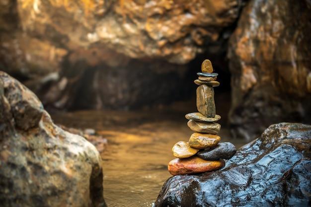 L'équilibre des pierres s'empile au soleil de la rivière et du matin.
