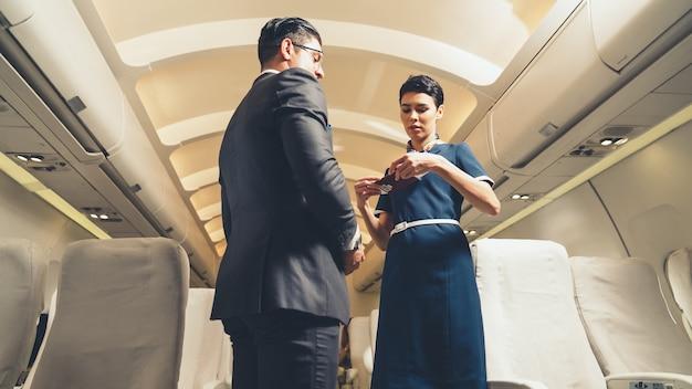 L'équipage de cabine accueille le passager en avion