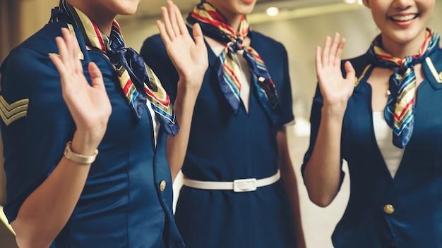 Équipage de cabine agitant la main pour saluer