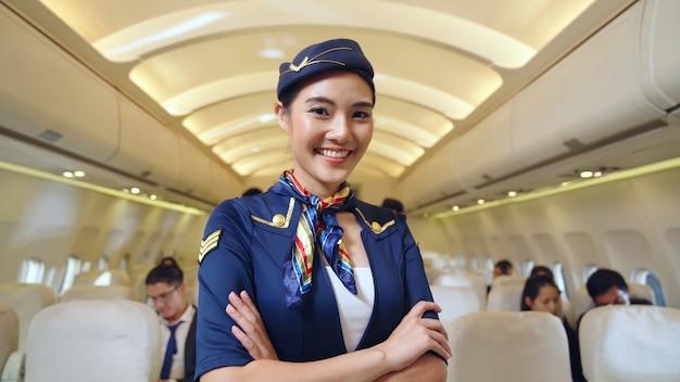 Équipage de cabine ou hôtesse de l'air travaillant en avion. concept de transport aérien et de tourisme.