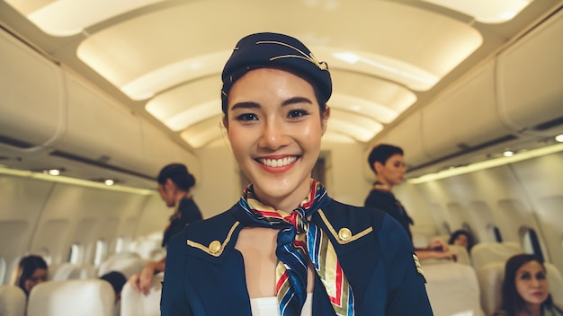 Équipage de cabine ou hôtesse de l'air travaillant en avion