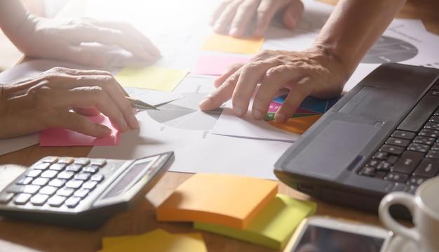 Équipage d'homme d'affaires travaillant le projet et ordinateur portable sur la table