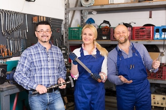 Équipage de service automobile près des outils