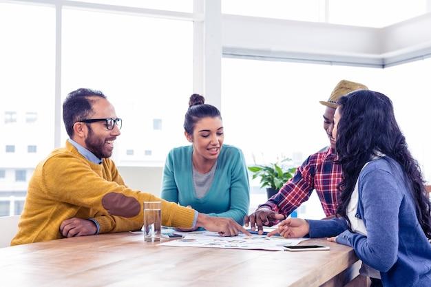 Équipe des activités assis tout en discutant en réunion au bureau créatif