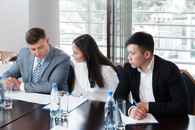 Équipe des activités ayant une réunion au bureau