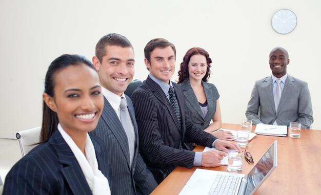 Équipe des activités discutant lors d'une réunion