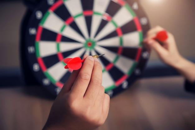 Équipe des activités pointant vers un jeu de fléchettes visant le centre cible, ciblant le concept d'entreprise