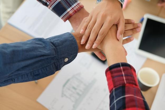 Équipe des activités touchant les mains ensemble
