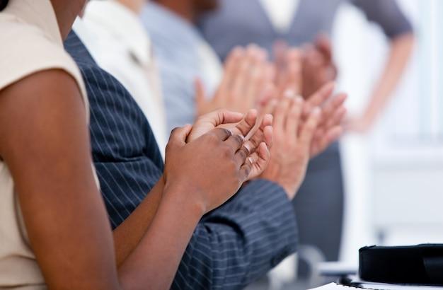 Une équipe d'affaires ambitieuse applaudit lors d'une réunion