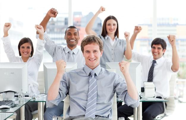 Équipe d'affaires ambitieuse célébrant le succès
