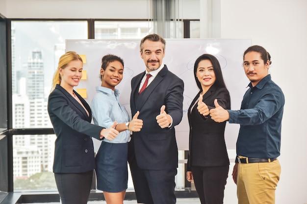 Équipe affaires, debout, dans, salle réunion