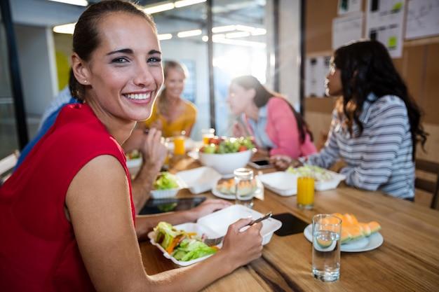 Équipe des affaires décontractée manger ensemble