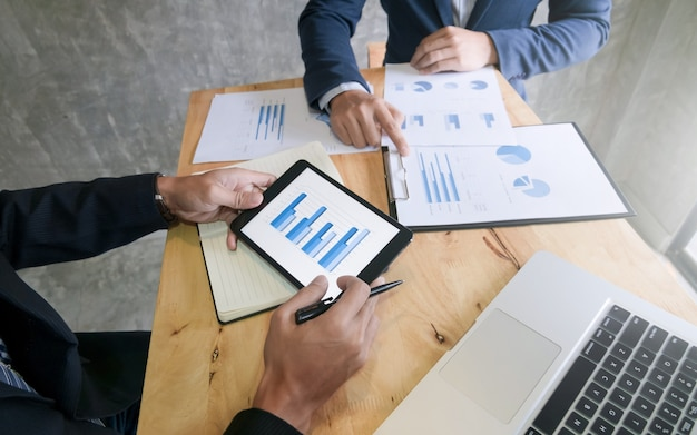 Équipe d'affaires dissoute sur tablette numérique lors d'une réunion