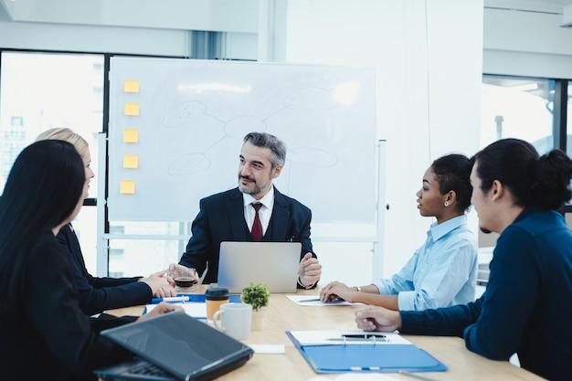 Équipe des affaires et gestionnaire dans la salle de réunion.