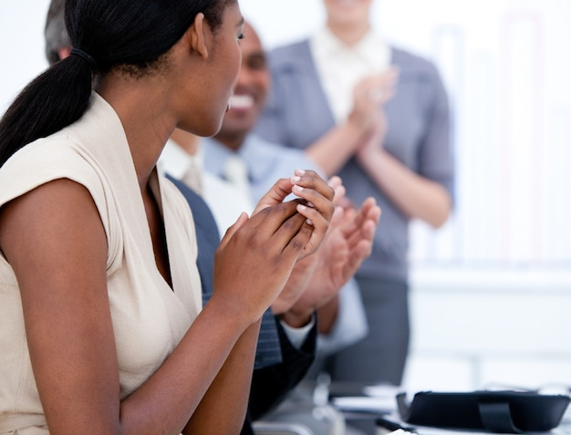 Équipe des affaires heureux applaudir lors d'une réunion