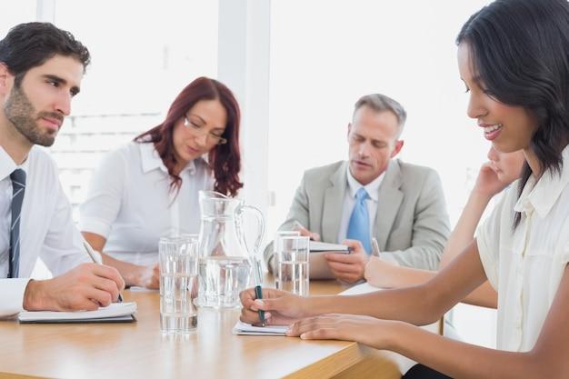 Équipe des affaires lors d'une réunion