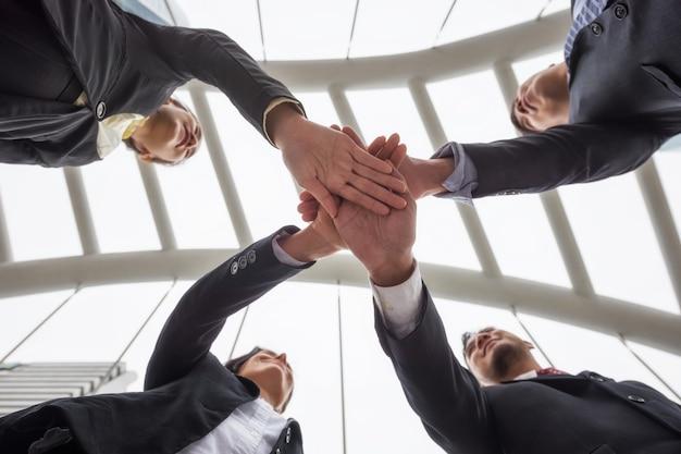 Équipe affaires, rassemblement, mains, dans, ville