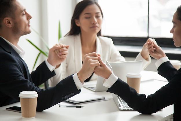 Équipe affaires, tenant mains, prier pour succès